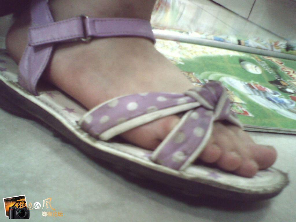 来自于 小女孩光脚凉鞋