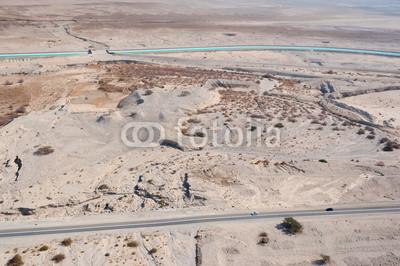 照片:靠近死海沙漠鸟眼视图,以