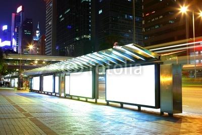 夜间在公共 汽车 站空白 广告 牌(b